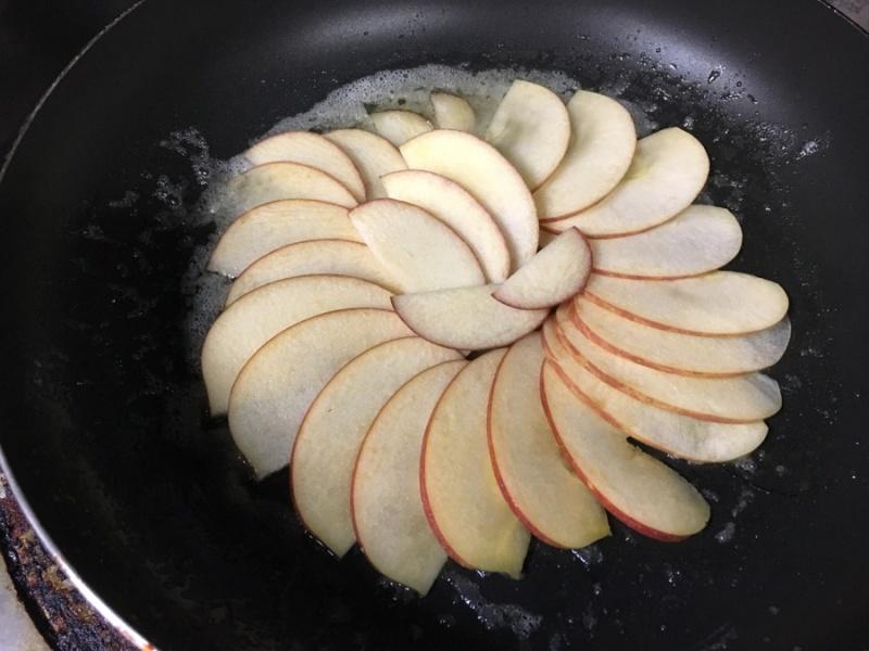 アップルケーキのりんごを並べる
