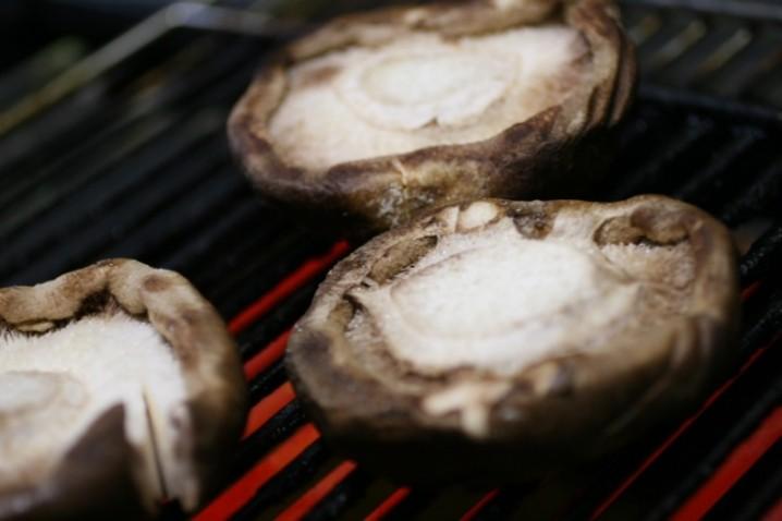 けいこ てん 直径約15センチの巨大しいたけ・新品種「天恵菇(てんけいこ)」を日本茸師の会が開発。エリンギのような歯ごたえと臭みを抑えた新食感。