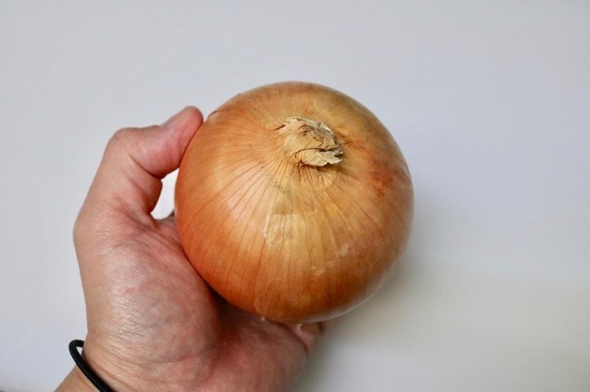 玉葱の皮の簡単な剥き方1