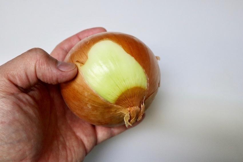 玉葱の皮の簡単な剥き方2